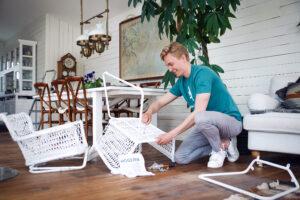Person monterar ikea möbler