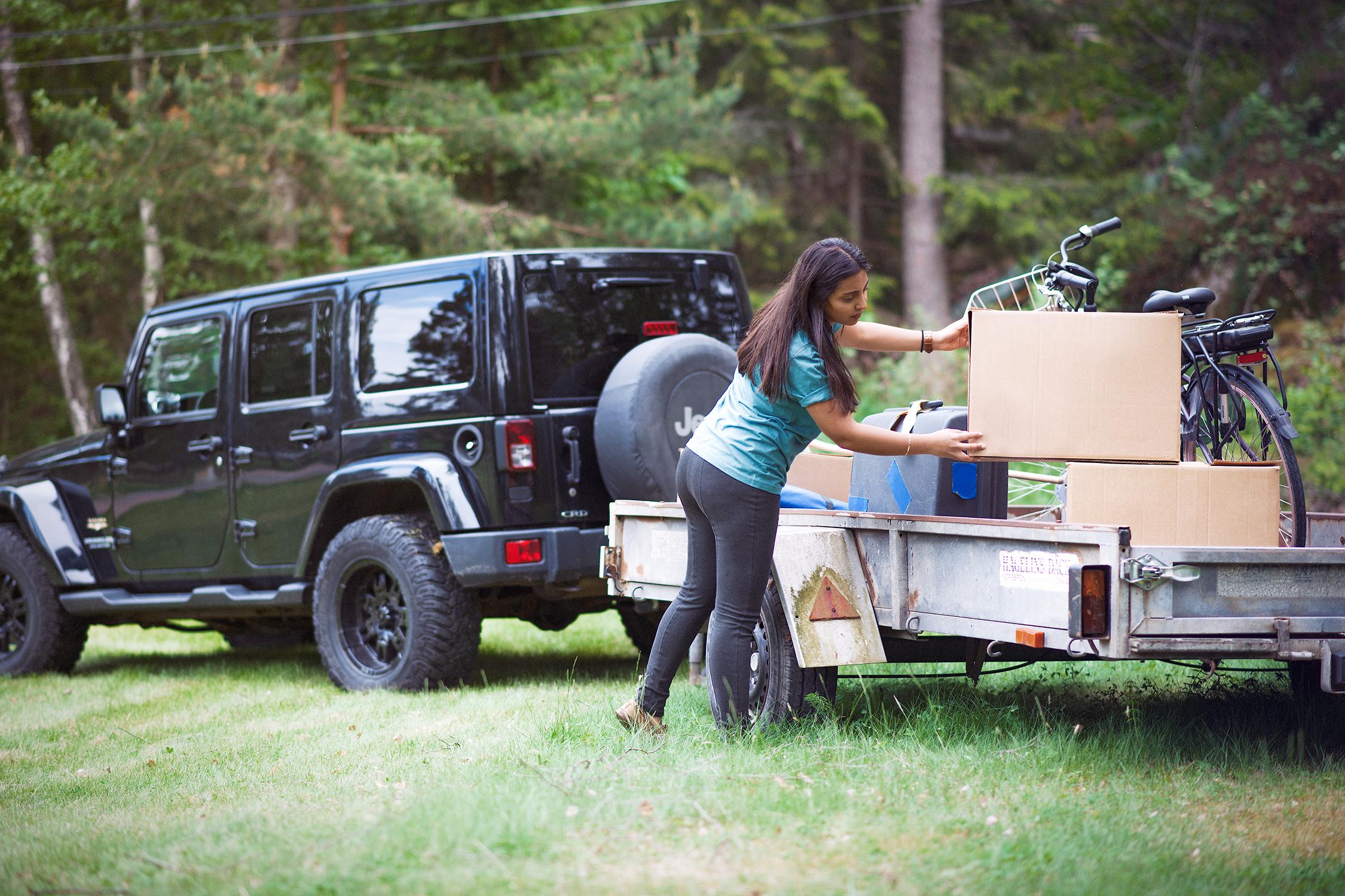 Person packar möbler på släp