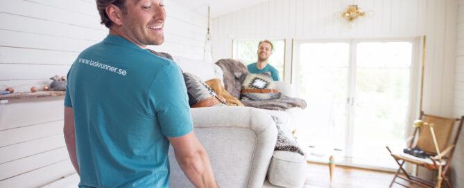 Personer flyttar soffa