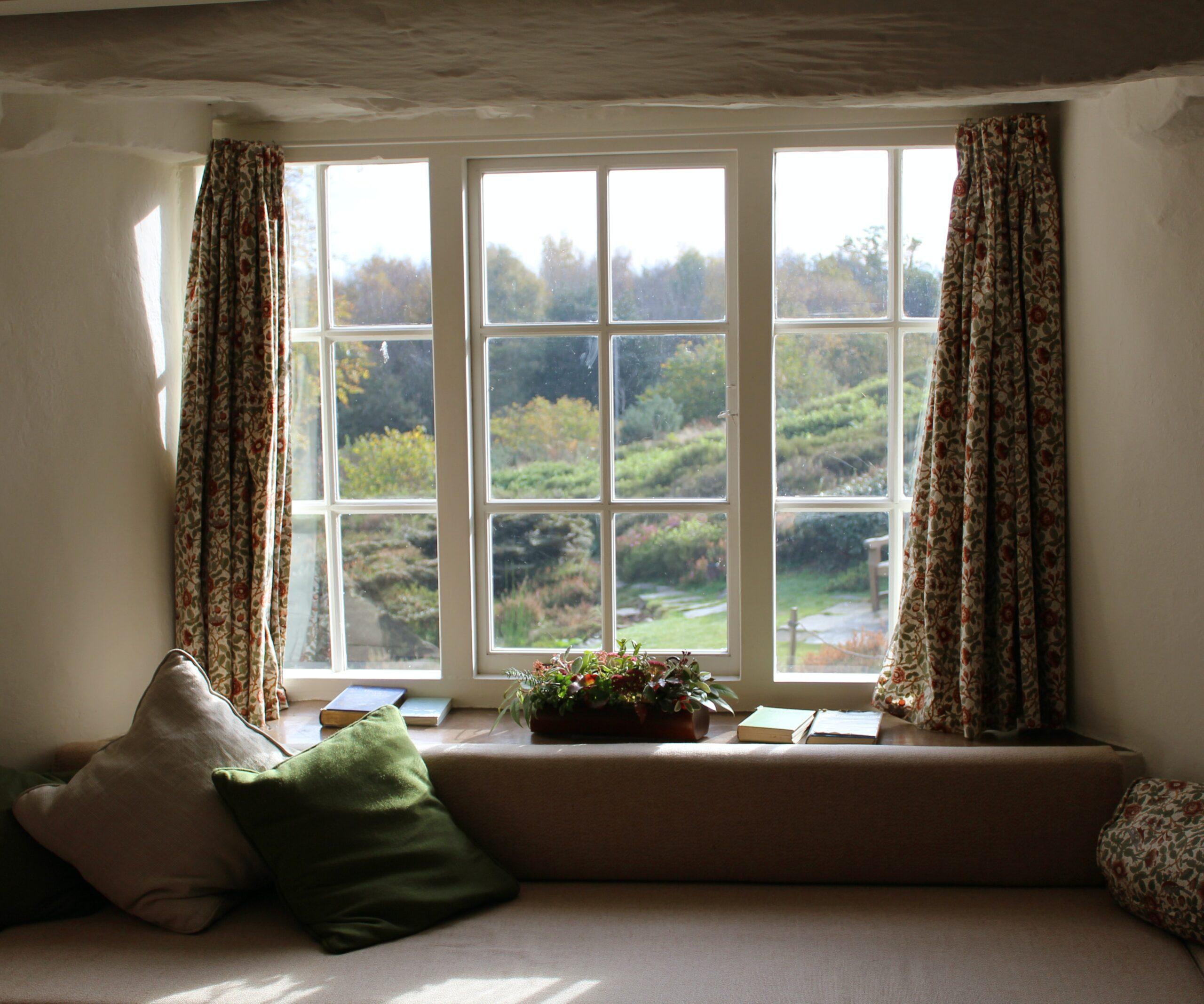 Gardiner hänger i fönster