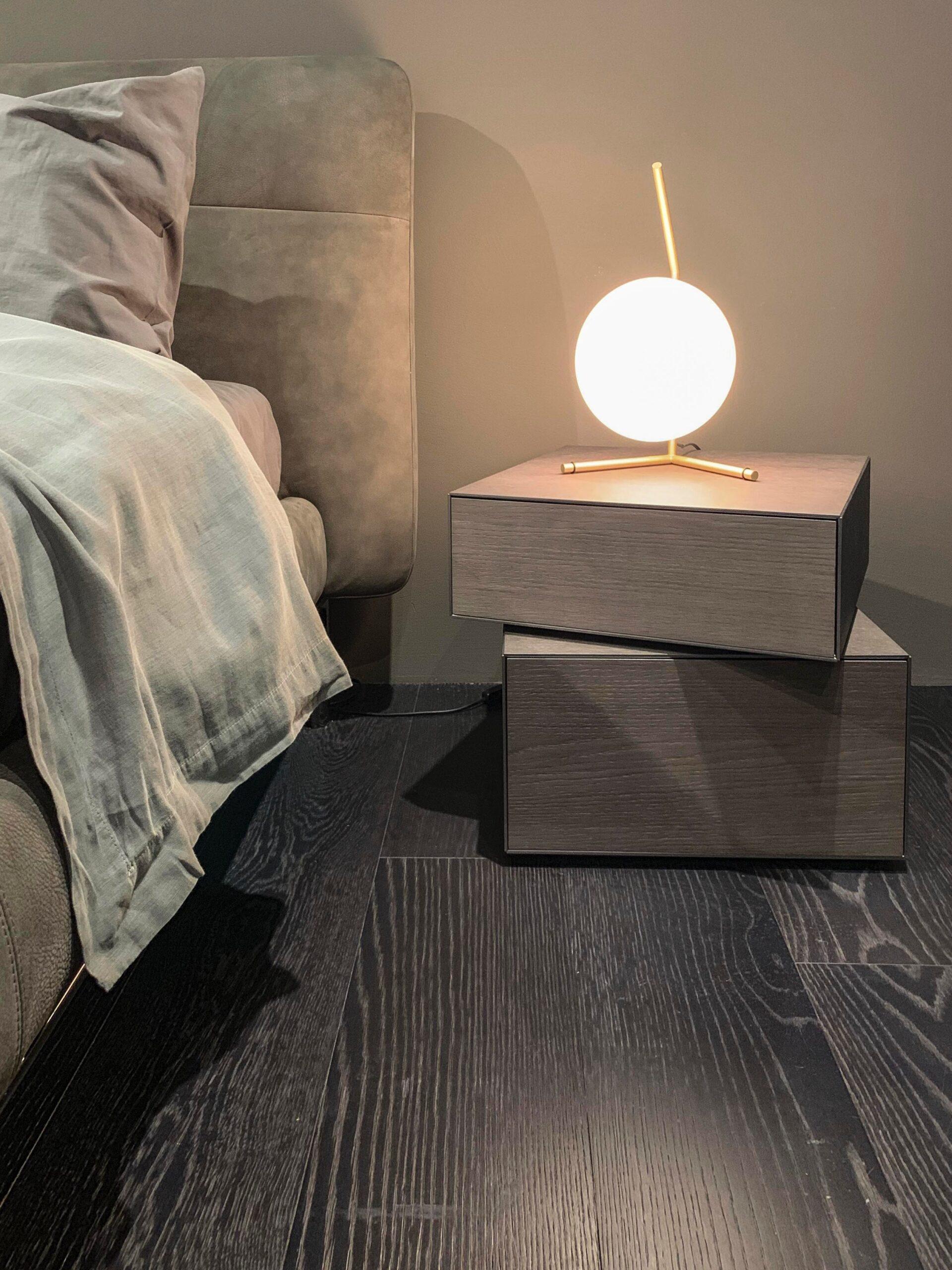 lampa på nattduksbord