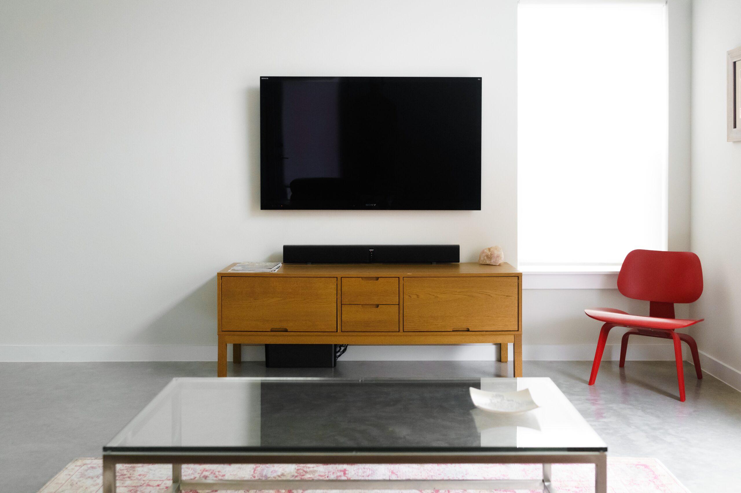 TV hänger på vägg