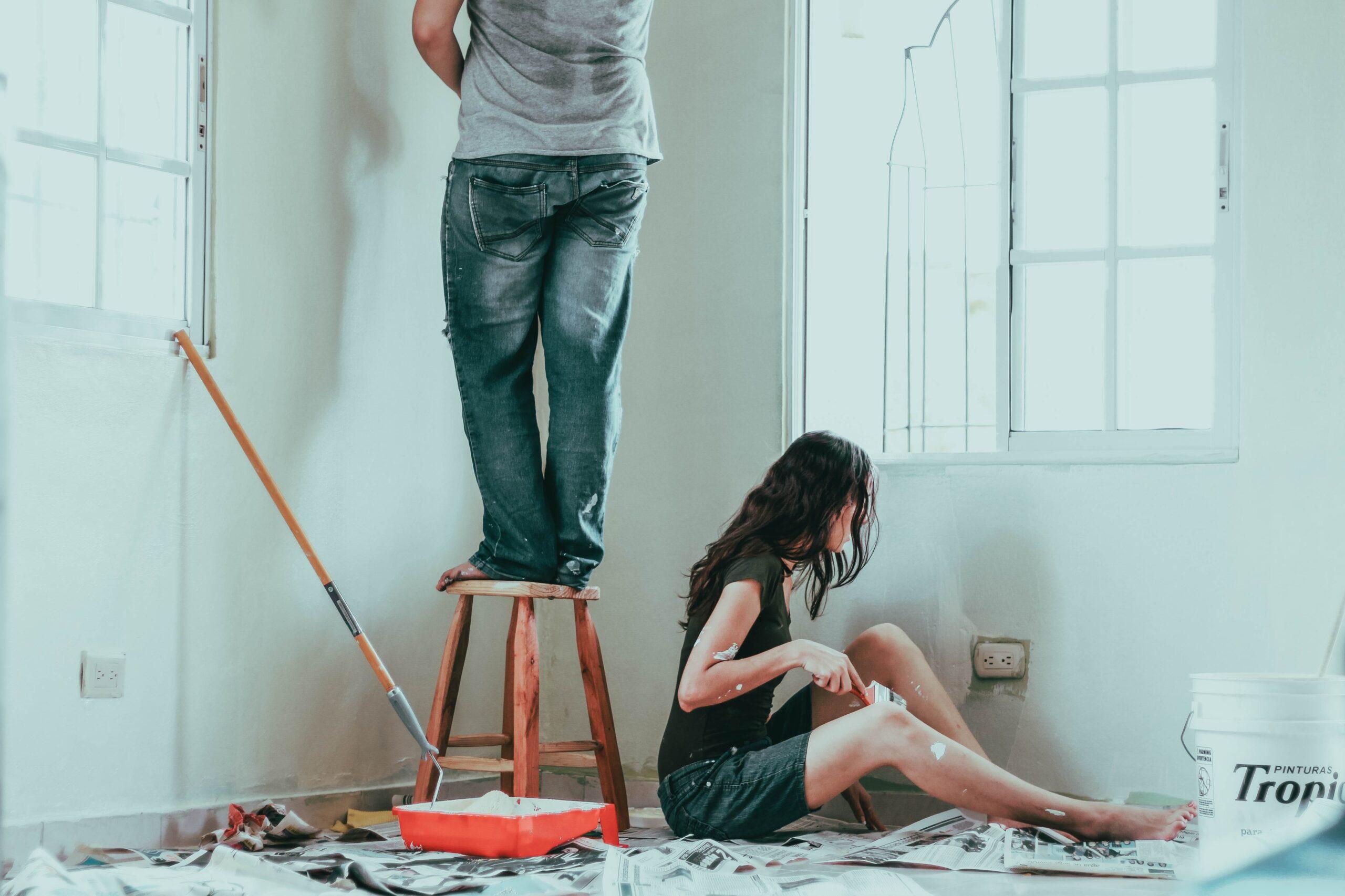 personer målar vägg