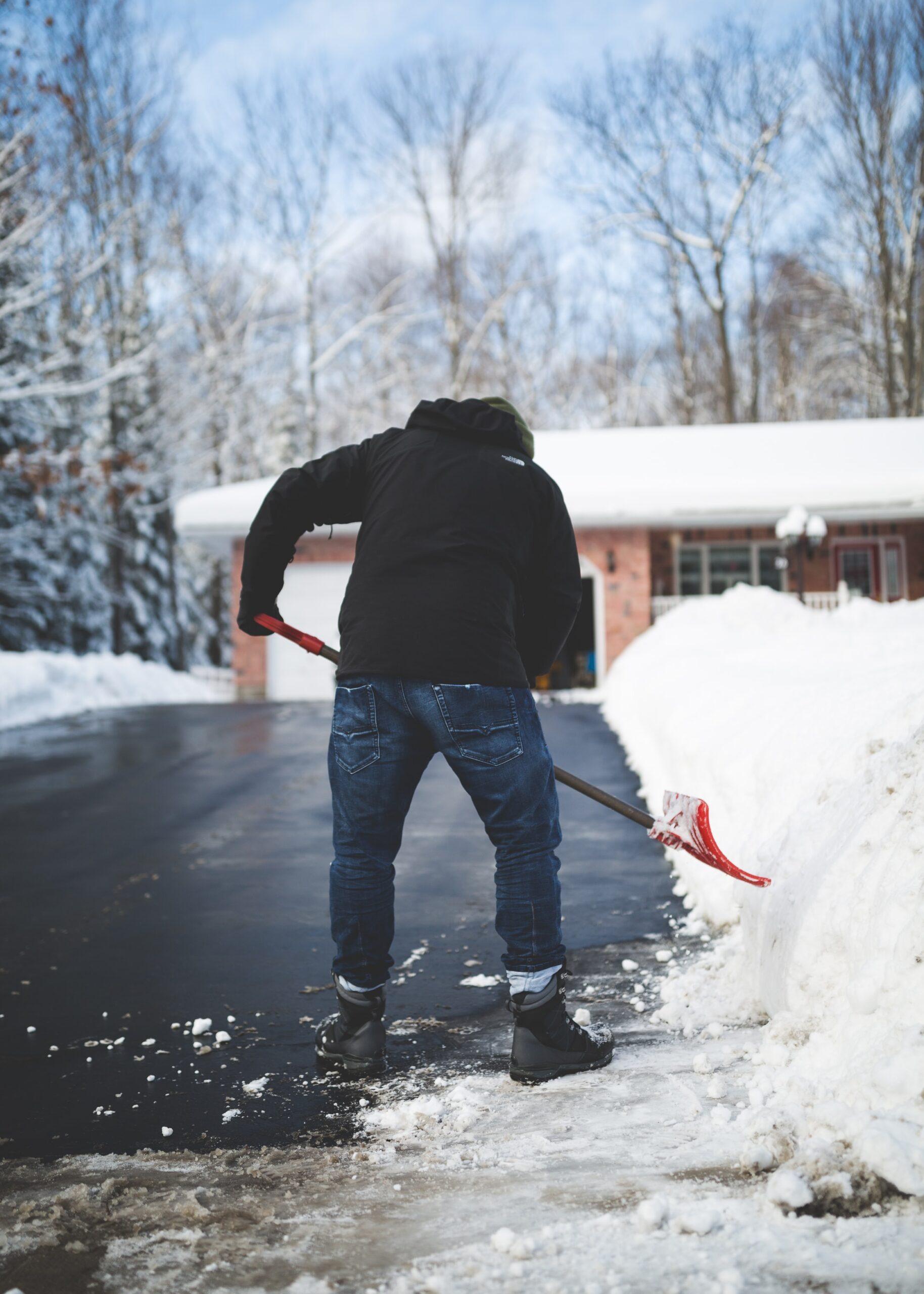 person skottar snö